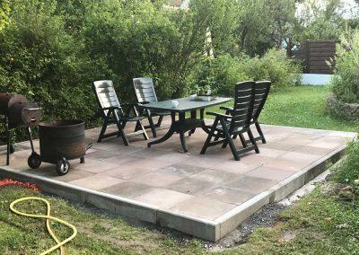 Gartenterrasse mit Tischen und Stuehlen