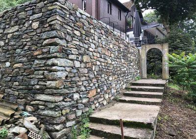 Steinmauer mit Hausaufgang